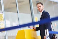Biznesmen jako pasażer z abordaż przepustką obrazy stock