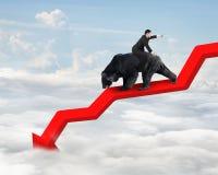 Biznesmen jazdy niedźwiedź na strzałkowatej zmniejszający się trendu linii z niebem Obrazy Royalty Free