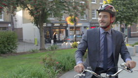 Biznesmen jazdy rower Przez miasto parka zdjęcie wideo