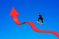 Biznesmen jeździć na deskorolce strzała w górę chylenie trendu linii odizolowywał o Obraz Stock