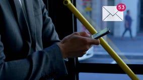 Biznesmen jedzie autobus podczas gdy texting zbiory