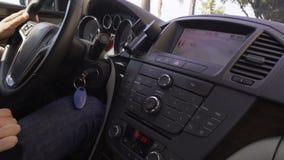 Biznesmen jedzie jego samochód wzdłuż bulwaru obserwuje ruchów drogowych prawa Ładny miasto zbiory