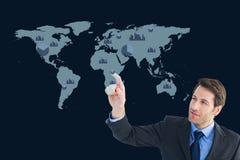 Biznesmen jest pokazywać przeciw światowemu mapy tłu grafika zdjęcie royalty free