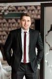 Biznesmen jest uśmiechnięty przy biurem fotografia royalty free