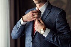 Biznesmen jest ubranym kurtkę Ostrze ubierający fashionist jest ubranym jac Obrazy Stock
