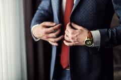 Biznesmen jest ubranym kurtkę Ostrze ubierający fashionist jest ubranym jac Zdjęcie Stock