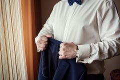 Biznesmen jest ubranym kurtkę Ostrze ubierający fashionist jest ubranym jac Obraz Stock
