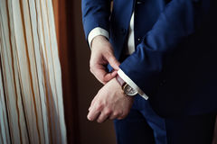 Biznesmen jest ubranym kurtkę Ostrze ubierający fashionist jest ubranym jac Obrazy Royalty Free