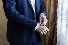 Biznesmen jest ubranym kurtkę Polityk, mężczyzna ` s styl, samiec wręcza cl Obrazy Royalty Free