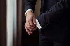 Biznesmen jest ubranym kurtkę Polityk, mężczyzna ` s styl, samiec wręcza cl Zdjęcie Stock