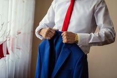 Biznesmen jest ubranym kurtkę Polityk, mężczyzna ` s styl, samiec wręcza cl zdjęcia stock