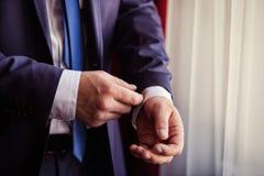 Biznesmen jest ubranym kurtkę Polityk, mężczyzna ` s styl, samiec wręcza cl obrazy stock