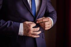 Biznesmen jest ubranym kurtkę Polityk, mężczyzna ` s styl, samiec wręcza cl obraz royalty free