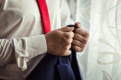 Biznesmen jest ubranym kurtkę Polityk, mężczyzna ` s styl, samiec wręcza cl fotografia royalty free