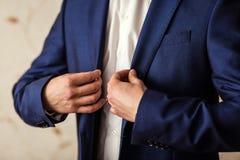 Biznesmen jest ubranym kurtkę Polityk, mężczyzna ` s styl, samiec wręcza cl Zdjęcia Royalty Free