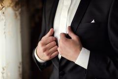 Biznesmen jest ubranym kurtkę Polityk, mężczyzna ` s styl, samiec wręcza cl Zdjęcie Royalty Free