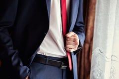 Biznesmen jest ubranym kurtkę Polityk, mężczyzna ` s styl, samiec wręcza cl Fotografia Stock