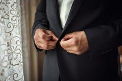 Biznesmen jest ubranym kurtkę Polityk, mężczyzna ` s styl, samiec wręcza cl Obraz Stock