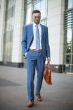 Biznesmen jest ubranym nowożytnego kostium, zamazany tło z kopii sp Zdjęcie Royalty Free