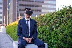 Biznesmen jest ubranym rzeczywistość wirtualna szkła Obraz Stock
