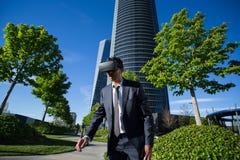Biznesmen jest ubranym rzeczywistość wirtualna szkła Zdjęcia Stock