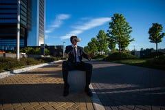 Biznesmen jest ubranym rzeczywistość wirtualna szkła Fotografia Royalty Free
