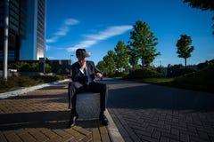 Biznesmen jest ubranym rzeczywistość wirtualna szkła Obraz Royalty Free