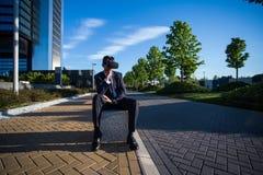 Biznesmen jest ubranym rzeczywistość wirtualna szkła Zdjęcia Royalty Free