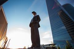 Biznesmen jest ubranym rzeczywistość wirtualna szkła Zdjęcie Royalty Free