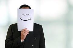 Biznesmen Jest ubranym Szczęśliwą Uśmiechniętą twarzy maskę Zdjęcie Stock