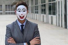 Biznesmen jest ubranym zakłóca maskę z rękami krzyżować zdjęcie stock