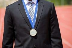 Biznesmen jest ubranym złotego medal Zdjęcia Royalty Free
