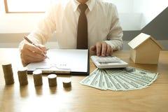 Biznesmen kalkuluje zakup - cena sprzedaży dom Faktorski sprzedaż dom obrazy royalty free