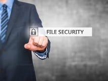 Biznesmen kartoteki ochrony naciskowy guzik na wirtualnych ekranach Obraz Stock