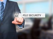Biznesmen kartoteki ochrony naciskowy guzik na wirtualnych ekranach Fotografia Royalty Free
