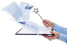Biznesmen kieruje elektronicznych dokumenty obraz royalty free