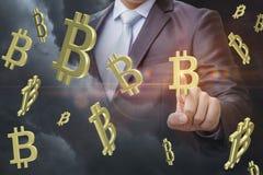Biznesmen klika dalej bitcoin Obrazy Stock