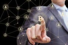 Biznesmen klika dalej guzika bitcoin Zdjęcie Royalty Free