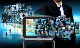 Biznesmen Kontaktowa telewizja i internet produkcja Zdjęcia Stock