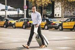 Biznesmen krzyżuje ulicę z torbą. Iść konwencja. fotografia royalty free