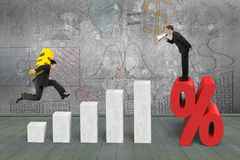 Biznesmen krzyczy na odsetek ocenie innego przewożenie euro Obraz Stock
