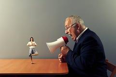 Biznesmen krzyczy przy małą smiley kobietą Fotografia Royalty Free