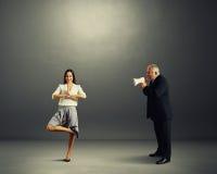 Biznesmen krzyczy przy smiley spokoju kobietą Fotografia Stock