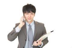 Biznesmen który opowiada na mądrze telefonie Obrazy Stock