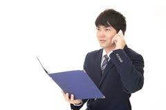 Biznesmen który opowiada na mądrze telefonie Zdjęcia Stock