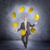 Biznesmen kuglarskie duże monety zdjęcie royalty free