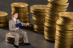 biznesmen liczyć pieniądze young obrazy stock