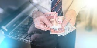 Biznesmen liczy jego pieniądze; wieloskładnikowy ujawnienie zdjęcie royalty free
