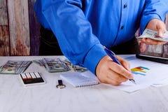 Biznesmen liczy U S dolarowych rachunków ręki liczy oszczędzanie Fotografia Stock