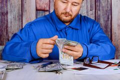 Biznesmen liczy U S dolarowych rachunków ręki liczy oszczędzanie Obraz Royalty Free